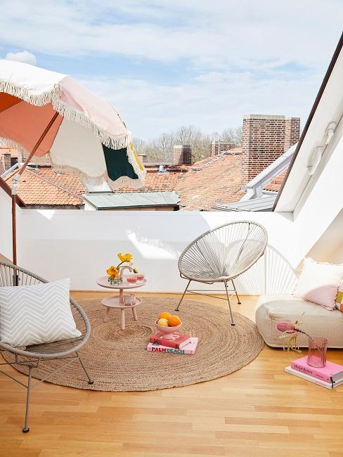 Zwei Acapulco Chair in Dachterrasse