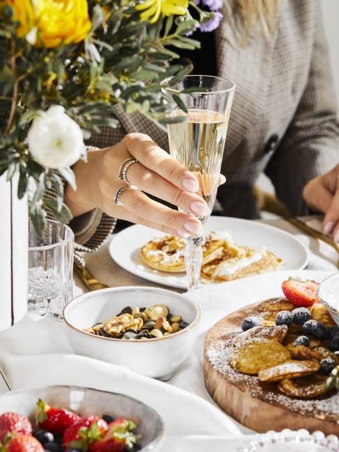 Muttertagsfrühstück mit Sekt und süßen Köstlichkeiten