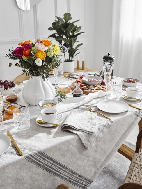 Reichlich gedeckter Tisch für das Muttertagsfrühstück