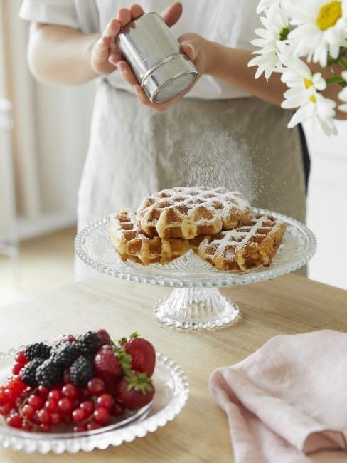 Süße Frühstücksideen mit Obst und Waffeln
