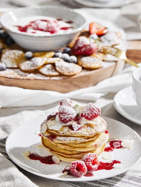 Pancakes mit Himbeeren und Puderzucker
