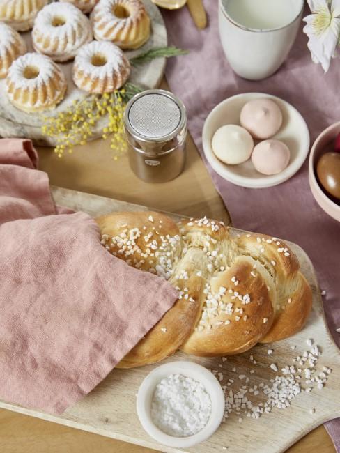 Pastellige Tischdekoration für den Brunch am Muttertag