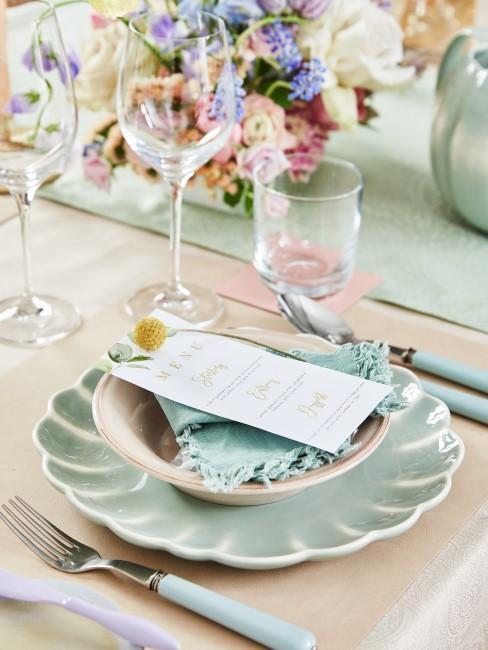 Pastellfarbene Tischdeko mit Menükarte und Blumen
