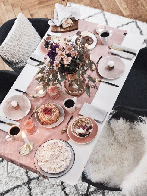 Schön dekorierter Tisch für das Muttertagsfrühstück