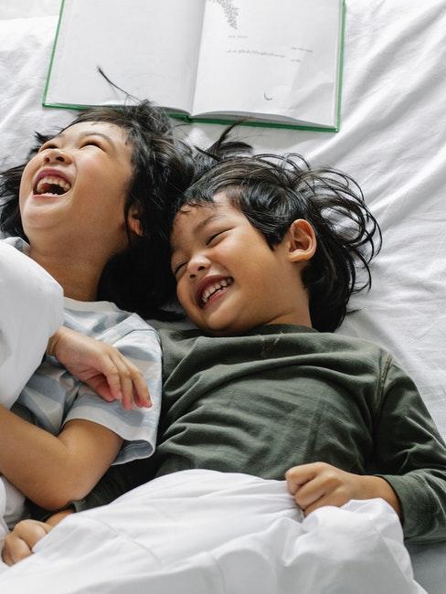 Zwei Kinder lachen