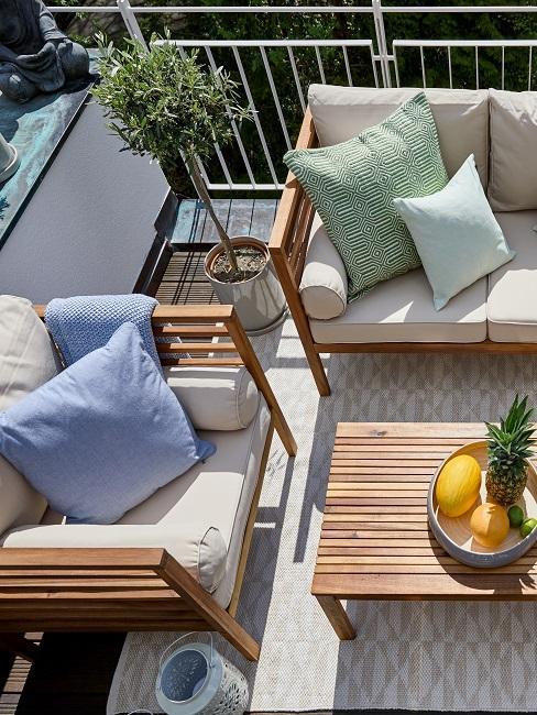 Sitzecke und Pflanzen auf einem Balkon