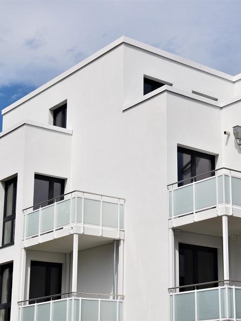 Haus mit Balkonen auf Stützen