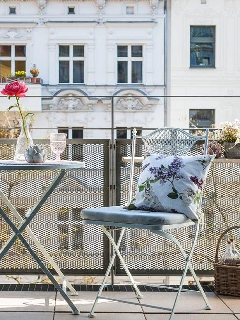 Blick auf einen Balkon mit französischen Sitzmöbeln