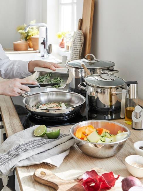 Geschirrtuch aus Leinen in der Küche