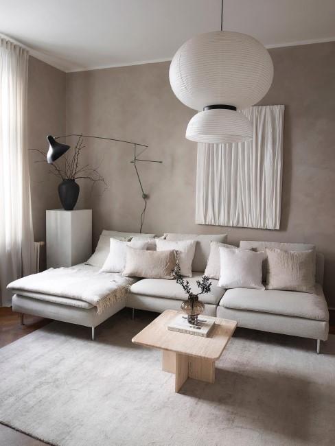 White Textured Painting hängt im Wohnzimmer über dem Sofa