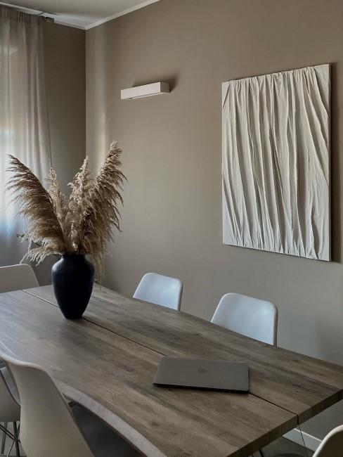 Schönes Esszimmer mit einem White Textured Painting