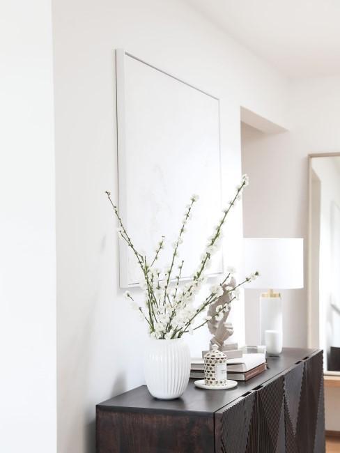 Flur mit weißem abstraktem Gemälde