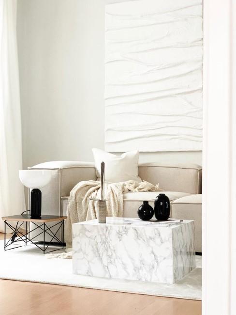 Wohnzimmer in neutralen Farben mit White Textured Painting