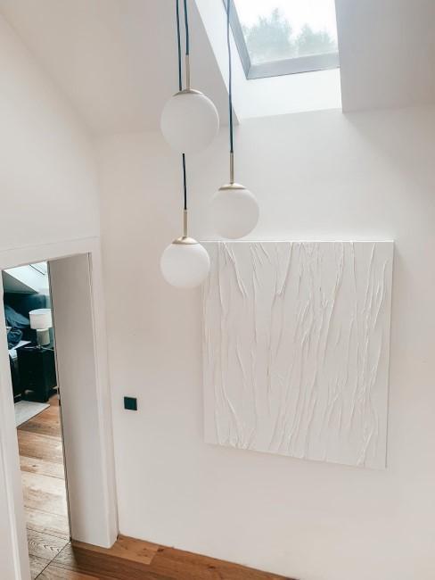 Weiße Canvas Art hängt in einem hohen Flur