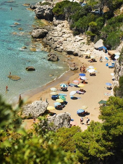 Urlaub 2021 planen Griechenland Strand Sonnenschirme