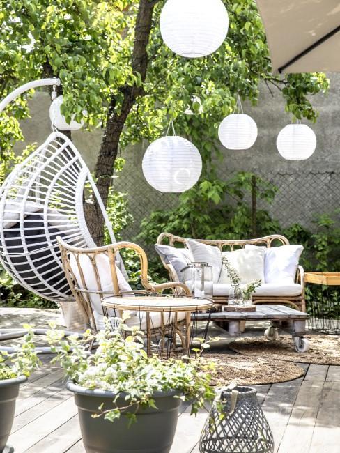 Schöne Beleuchtung im Garten mit Lampions