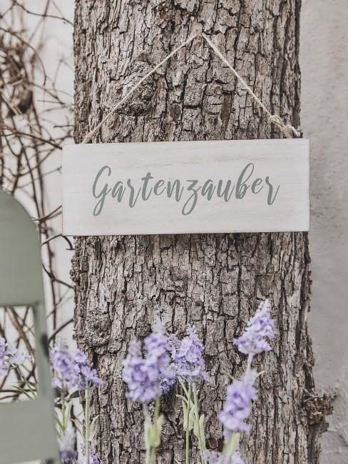 Schild aus Holz mit Schrift als Gartendeko