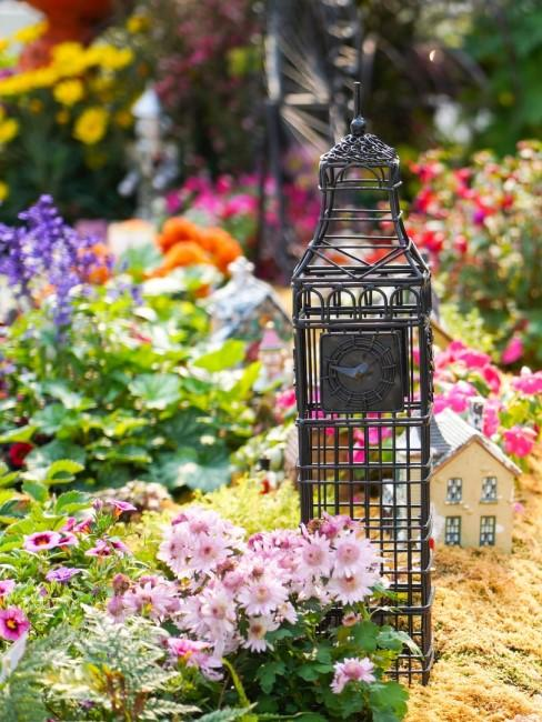 Metall-Objekt als Gartendeko fürs Blumenbeet