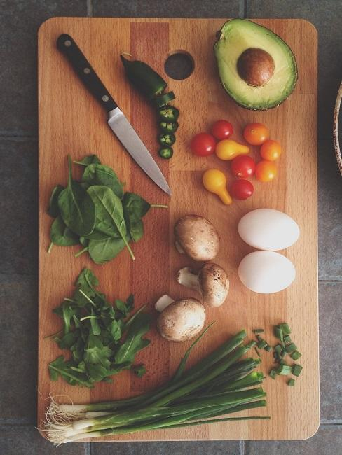 Low Carb Diät Gemüse auf Holzbrett