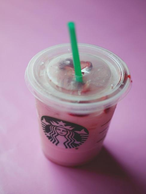 Pink Drink auf rosa Fläche