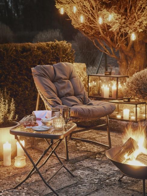 Feuerschale und Kerzen auf der Terrasse