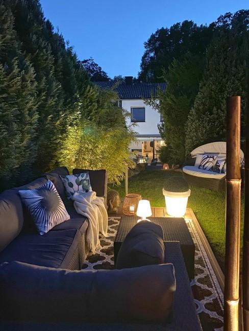 kleiner Garten mit Beleuchtung in Abendstimmung