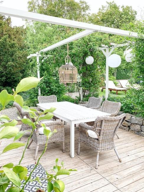 Sitzgruppe mit Beleuchtung im kleinen Garten