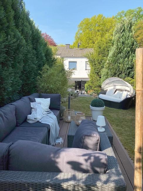 Kleiner Garten Lounge mit Blick auf Haus