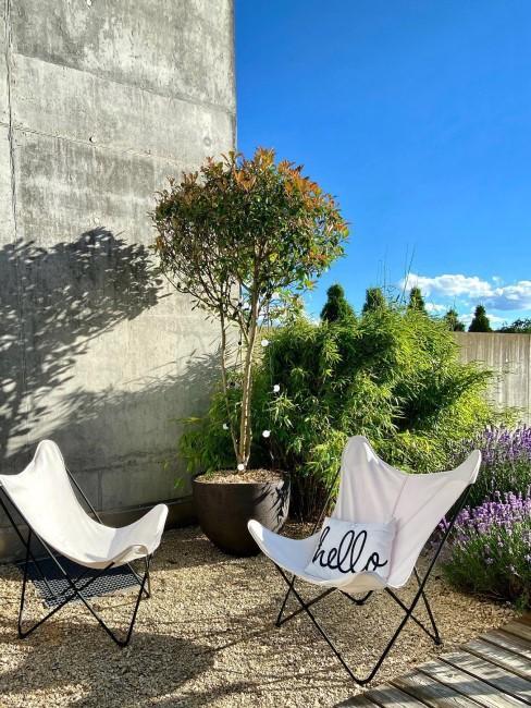 Gartenlounge mit Sesseln im kleinen Garten