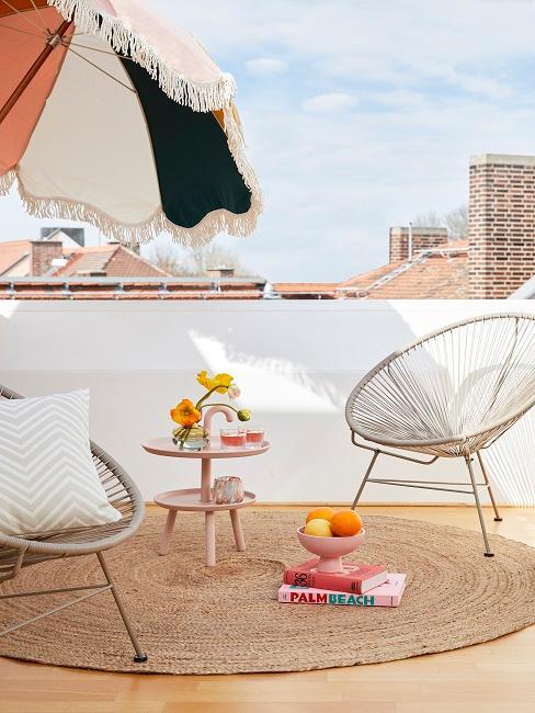 Lounge Sessel mit einem bunten Sonnenschirm