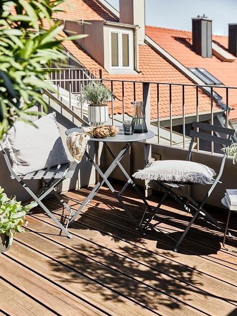 Balkon mit Pflanzen und klappbaren Möbeln