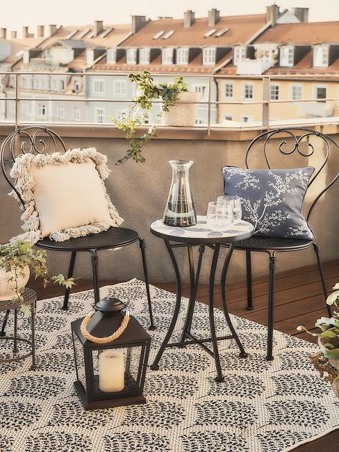 Kleine Sitzgruppe auf einer Terrasse mit einem Outdoor Teppich