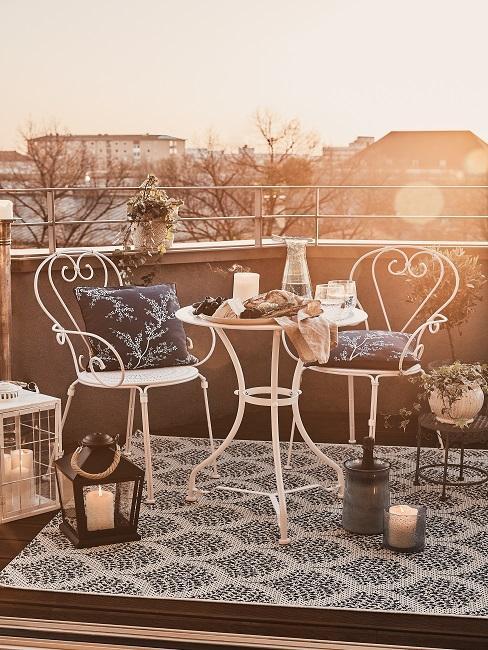 Balkon mit einer Sitzecke und Windlichtern