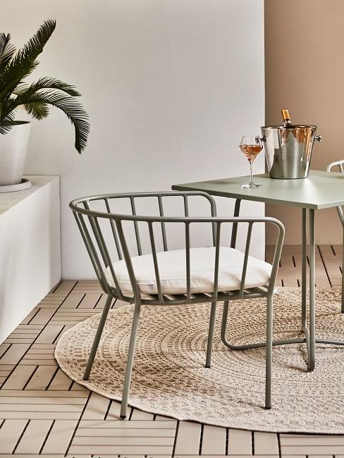 Stuhl auf Outdoor Teppich und WPC-Boden