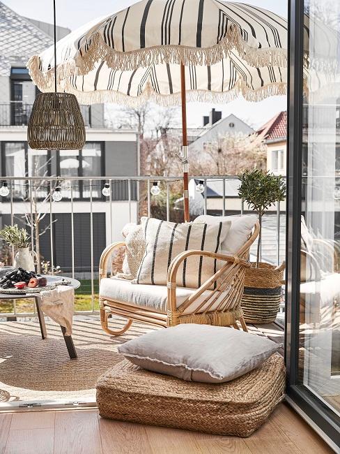 Balkon, der durch einen Sonnenschirm geschützt wird