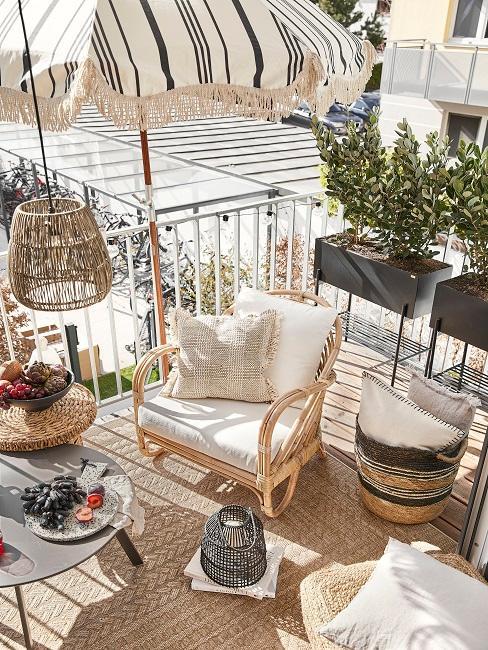 Kleiner Balkon mit Deko und Sonnenschirm