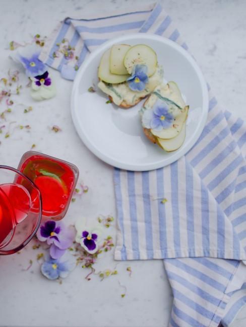 blaue Hornveilchen auf dem Teller als Tischdeko