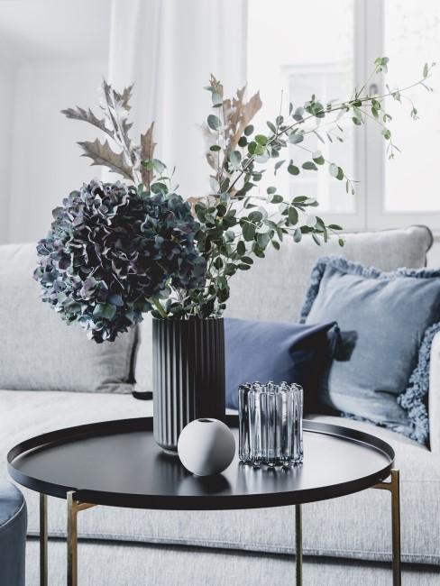 blaue Hortensie in Vase auf Beistelltisch