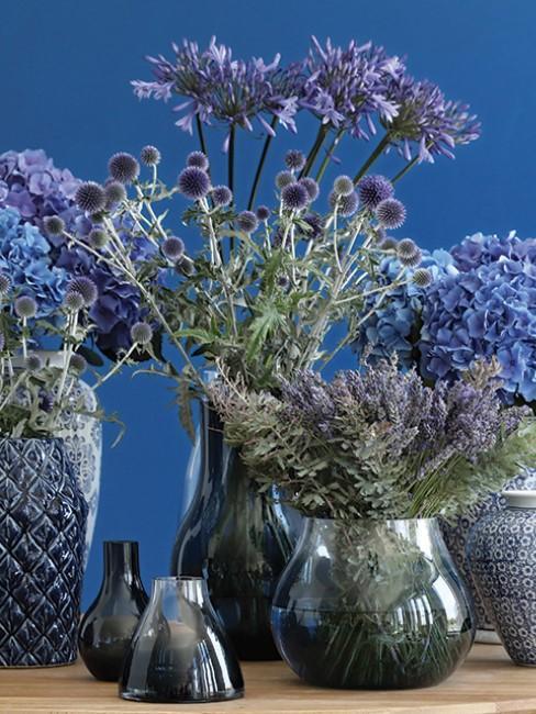 blaue Blumen in Vasen