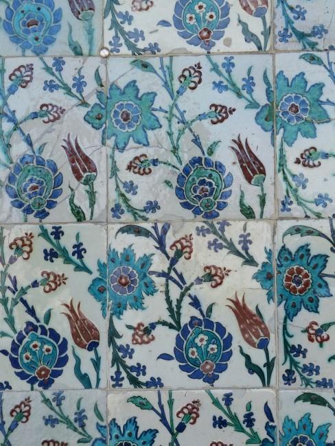 Blaue Blumen als Muster auf Fliesen