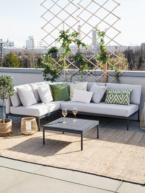 Sitzecke auf einer Dachterrasse mit Rankgitter