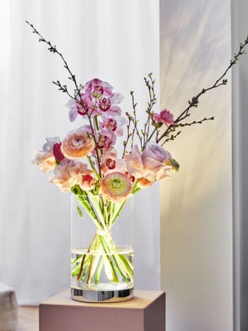 Blumenstrauß in Rosatönen in beleuchteter Vase