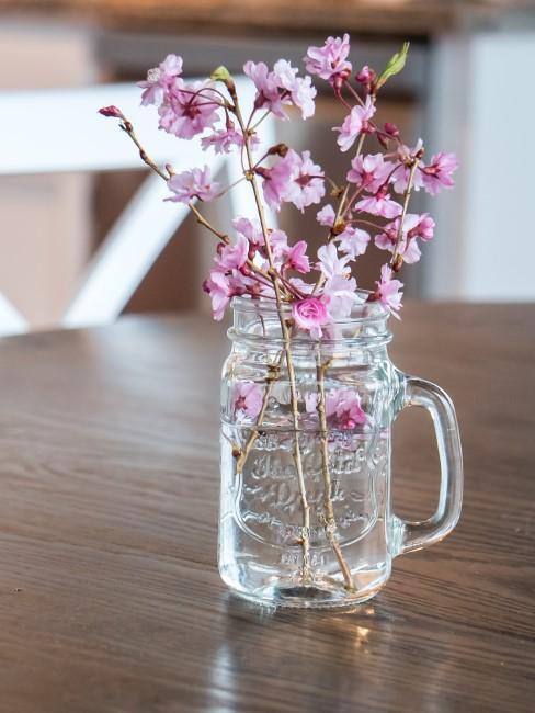 Kirschblütenzweige in Glas
