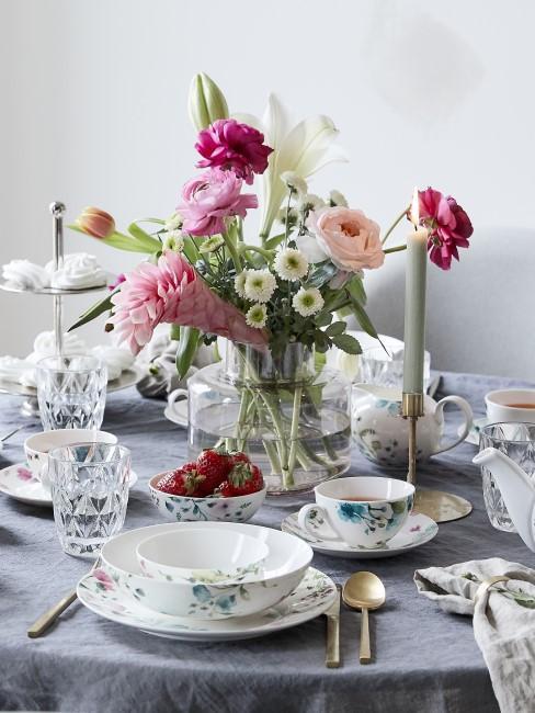 Blumenstrauß in Rosa, Pink und Weiß auf dem Esstisch