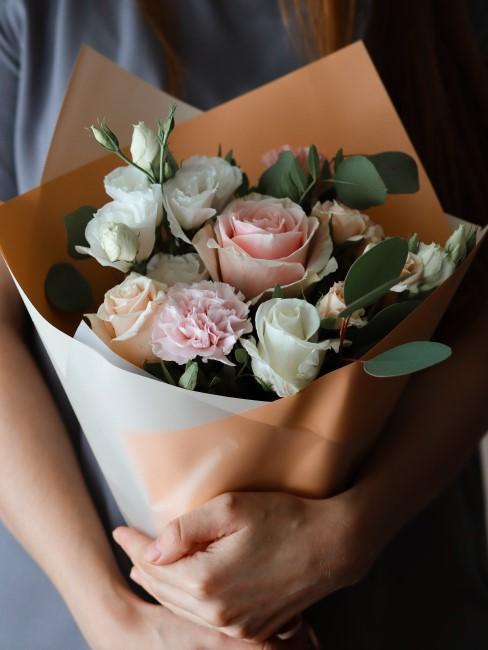 Blumenstrauß in Rosa und Weiß als Geschenk