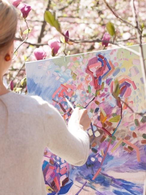 pinke Magnolien werden von Frau gemalt