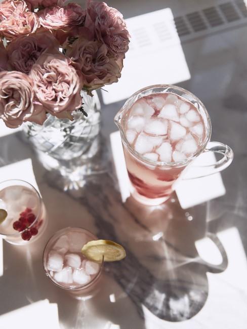cremerosa Blumen in Glasvase auf Tisch