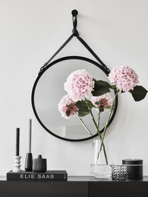 Rosa Hortensien in Glasvase vor Spiegel