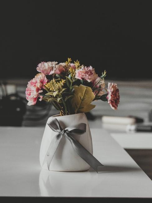 Rosa Nelkensträußchen in Vase als Geschenk