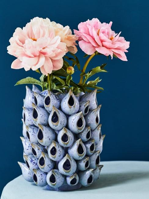 Rosa Pfingstrosen in Blauer Vase